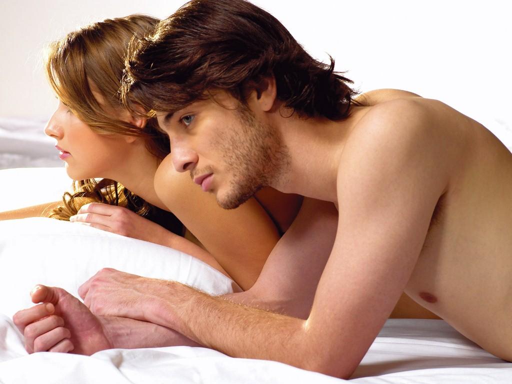 Секс между мужчиной с мужчиной, порно проник в дом к красивой девушке
